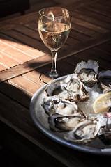 Huîtres et vin blanc - Gironde Tourisme D. Remazeilles