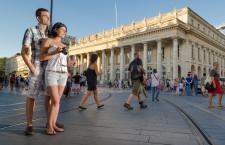 Couple place de la Comedie, le Grand Theatre de Bordeaux en arrière - Gironde Tourisme/Agence FX
