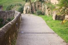 Descente au pied des remparts - Saint-Macaire ©D. Remazeilles (Gironde Tourisme)