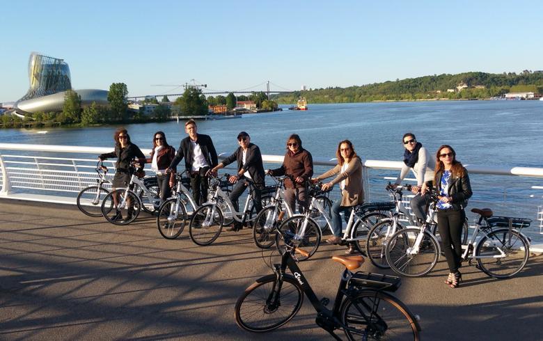 Bordeaux à vélo électrique avec e-bike © Bordeaux Tourisme et Congrès