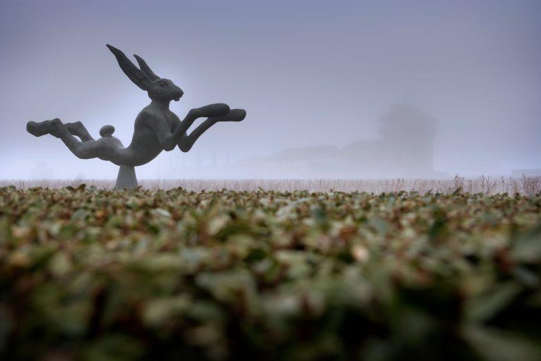 Le lievre de Barry Flanagan in the fog (c) Smith Haut Lafitte
