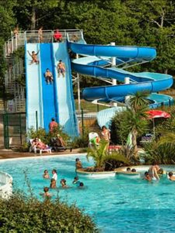 16.Tobogans derrière piscines – CHALET HARMONY
