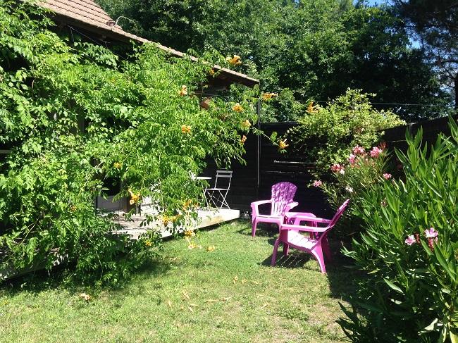 Chambres d'hôtes L'air du temps – détente jardin – Arès ©Valérie Urtizverea –