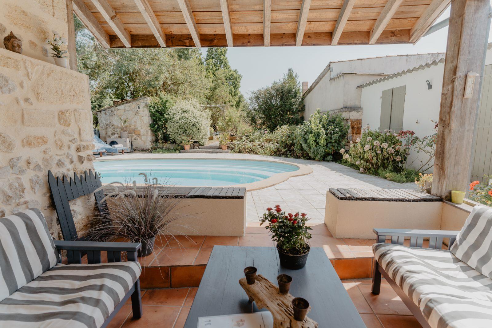 Pause près de la piscine – Le Coeur des Vignes Pauillac