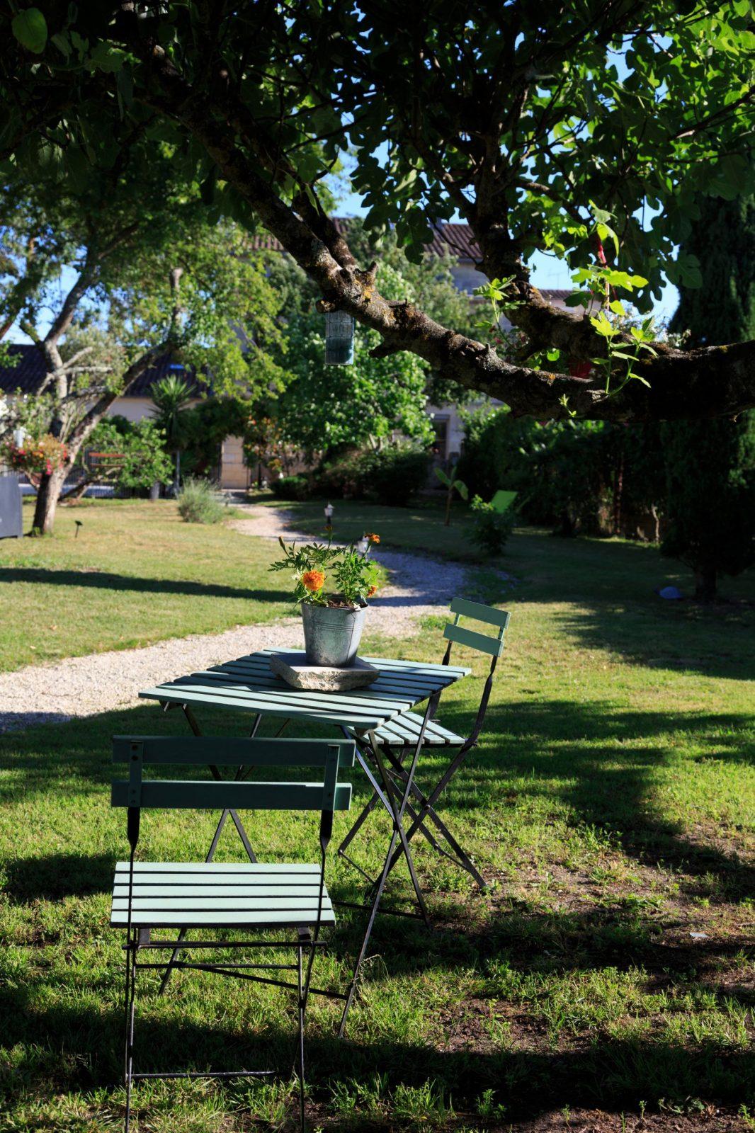 Petite table dans le jardin – Le Coeur des Vignes Pauillac