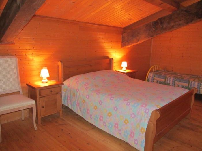 chambre à coucher 1lit double et 2 lits simples PECHER