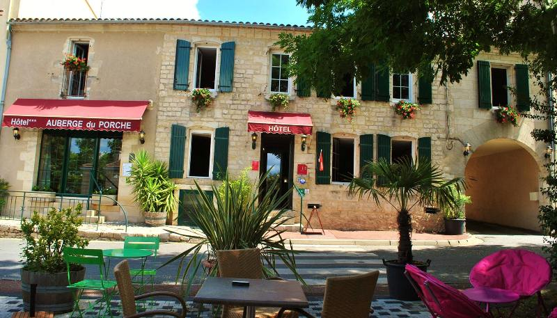 hotel-auberge-du-porche-blaye-800×600-facade