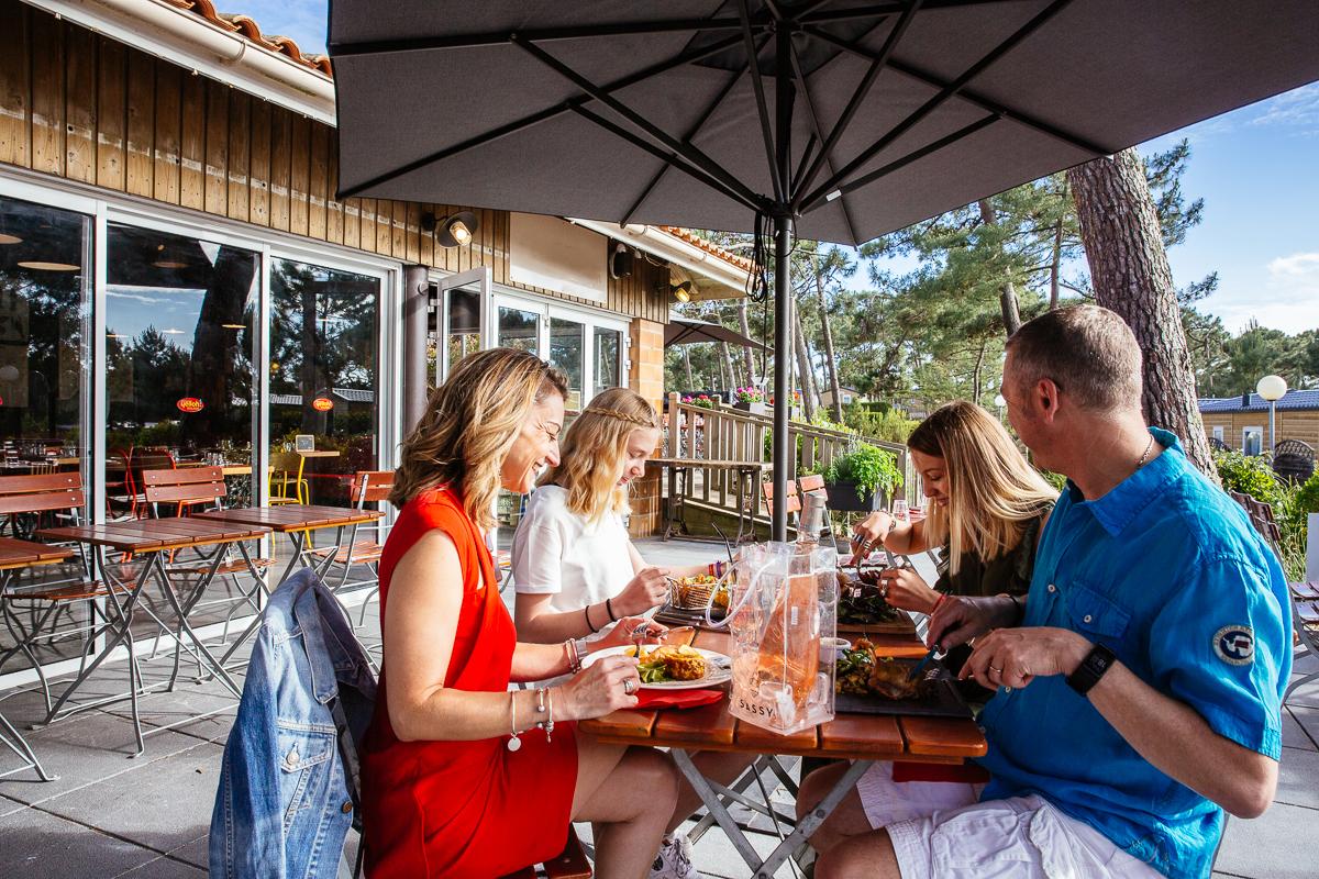 les-grands-pins-yelloh-village-terrasse-restaurant