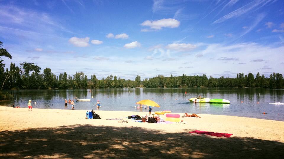 Plage du Lac de la Cadie en été et en plein jour