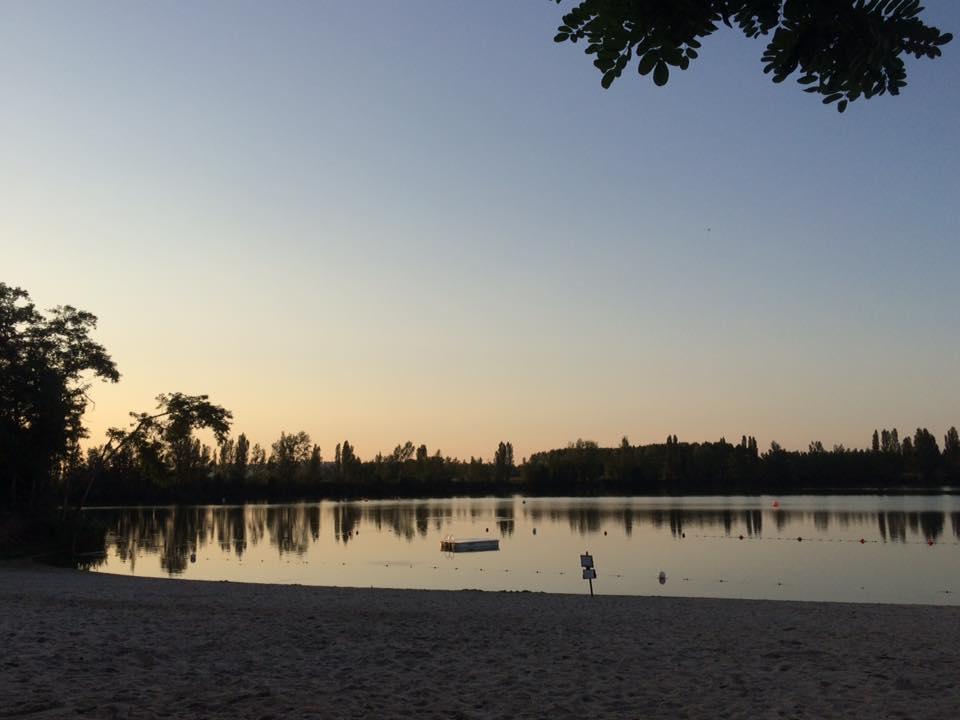 Plage du Lac de la Cadie en été le soir