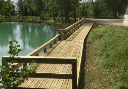 Ponton de pêche du lac de Neuffons
